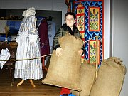 Výstavu kostýmů a rekvizit z oblíbené pohádky S čerty nejsou žerty otevřelo v sobotu Městské muzeum v Mimoni.
