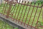 Po řádění vandala zůstaly na arnultovickém hřbitově povalené a rozlámané náhrobky, škodu utrpěly i ryté skleněné náhrobní desky.