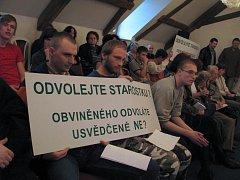 Taková atmosféra panovala mezi diváky při středečním zasedání novoborských zastupitelů.