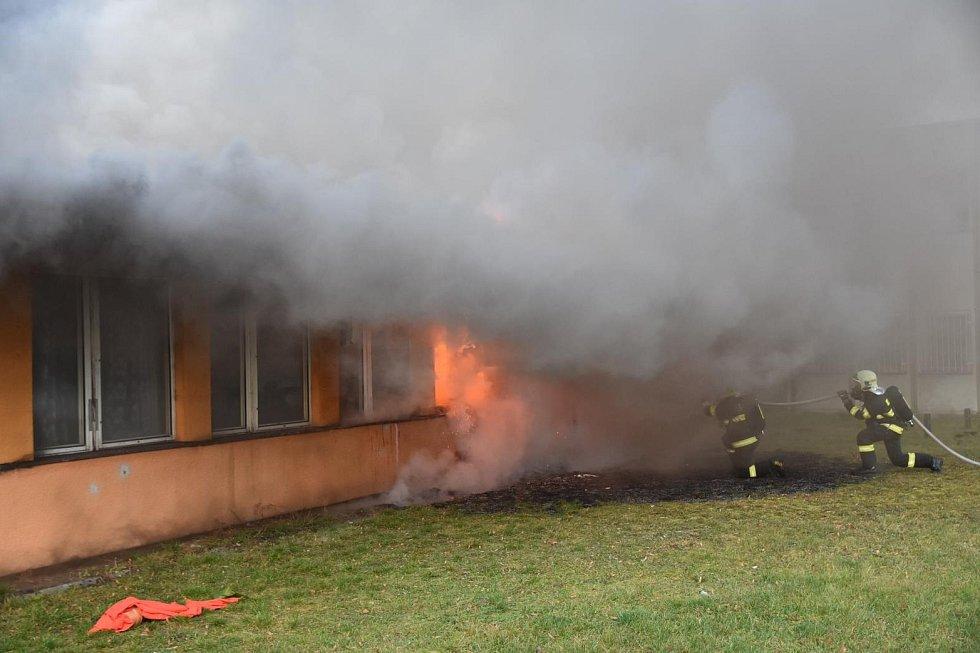 K požáru ubytovny v České Lípě vyjelo deset jednotek hasičů.