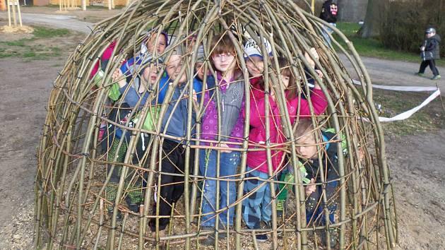 Děti z mateřské školy ve Skalici u České Lípy otestovaly jeden z unikátních herních prvků přírodní zahrady.