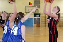 Dvě vítězství do tabulky Ligy starších dorostenek si připsal tým DDM Česká Lípa. Na snímku vpravo střílí Lenka Vančurová.
