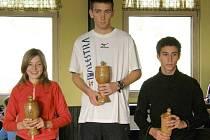 Nejúspěšnější běžci při vyhlášení letošního ročníku Okresní běžecké ligy: (zleva) Skočovská, Hrdina a Papík.