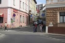 JEN S KOTOUČEM. Nový systém parkování v Jiráskově ulici platí od března. Řada řidičů o tom neví nebo nařízení nedbá.