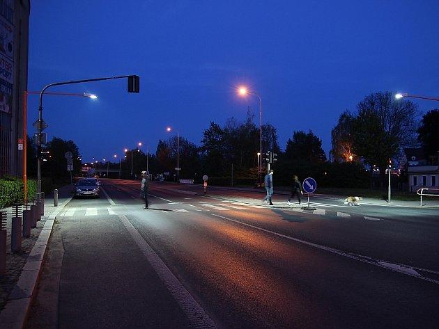 Přes křižovatku ulic Děčínská a Hrnčířská denně projdou stovky lidí.