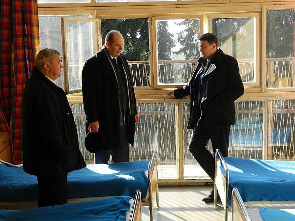 Na návštěvě Cvikova si hejtman prohlédl také dětskou léčebnu (na snímku se starostou Cvikova Jaroslavem Švehlou a ředitelem léčebny Rudolfem Fockem.
