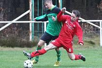 Doksy B - Hrádek B 4:0. Bruner (Hrádek - v červeném) se snaží zastavit průnik Lorence.