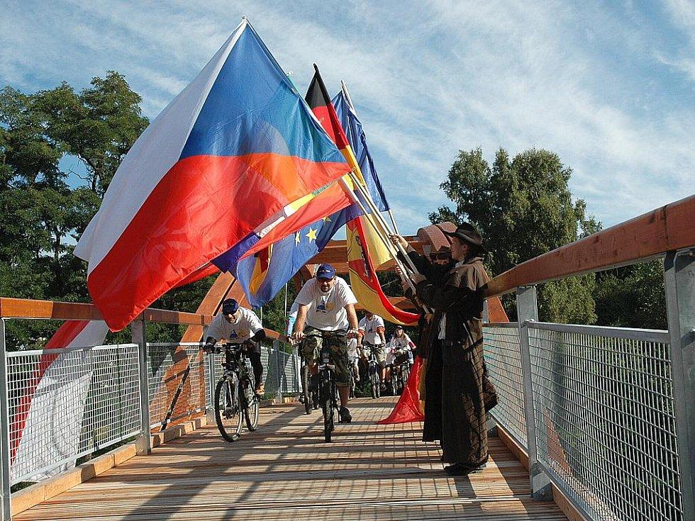 Šedesát metrů dlouhou lávku přes silnici I/9 slavnostně otevřeli přestavitelé Nového Boru a německého Oybinu.