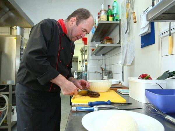Šéfkuchař Libor Mikala vkuchyni hostince UZlaté lípy vNovinách.