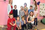 Žáci 1. a 2. třídy ZŠ Stružnice s paní učitelkou Nikolou Petříkovou a asistentkou Kateřinou Rosákovou.