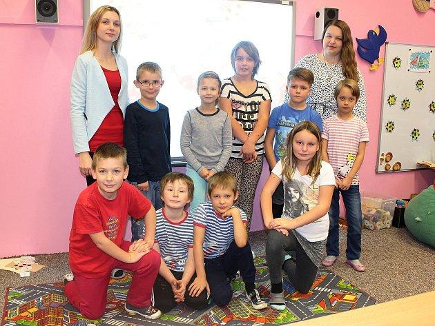 Žáci 1.a 2.třídy ZŠ Stružnice spaní učitelkou Nikolou Petříkovou a asistentkou Kateřinou Rosákovou.