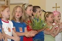 Českolipský dětský sbor přijímá děti již od tří let a dává jim základy artikulace, dýchání a vede je hravou formou k lásce ke zpěvu a hudbě obecně.