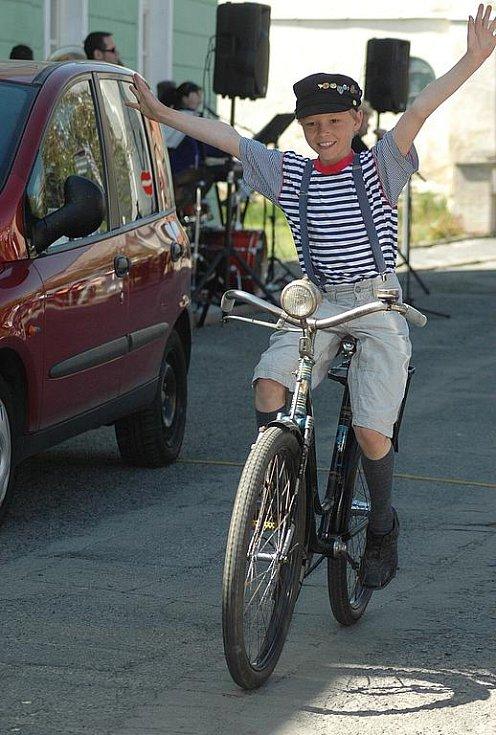 Přehlídku, kterou doprovázela živá muzika, hostilo dubské náměstí a desítky návštěvníků mohly obdivovat přibližně patnáct starých bicyklů z doby 1. republiky, na kterých přijela i dobově oblečená posádka.