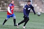 Vítězstvím 4:1 nad okresním sokem z Doks zahájil zimní fotbal turnaj O pohár města Děčína obhájce loňského prvenství, celek SK Skalice (v červeném).