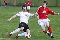 Derby v Doksech vyhrál domácí celek (bílé dresy), který dal tři regulérní góly. Šíma se snaží zblokovat centr Vaňátka.