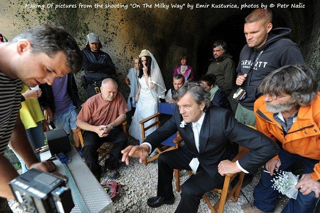 Emir Kusturica se štábem filmu Na mléčné dráze.