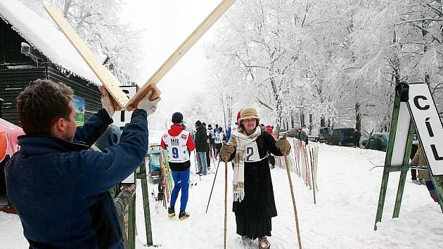 Na běžecké tratě v Polevsku se o Silvestru vydali i lyžaři v historických kostýmech.