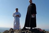 Každoroční bohoslužbu na samotném vrcholu Ralska vykonali vězeňský kaplan  Martin Škoda a páter Rudolf Repka ze cvikovské farnosti. Součástí bylo požehnání kraji a strážské věznici.