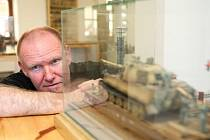 Mimořádná výstava stovek cínových vojáčků, tanků i obřích lodí je k vidění až do konce léta v komunitním centru ve Sloupu v Čechách. Otevřeno je denně od 10 do 17 hodin.