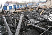 Oheň zničil autolakovnu a několik aut v sousedním bazaru v českolipské Svárovské ulici na Štědrý den v roce 2008.