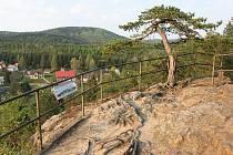 Jižně nad údolím se vypíná vyhlídková skála Havran.