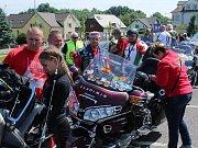 Nablýskaných motocyklů se k Panské skále sjelo téměř dvě stě. Spanilou jízdu doprovázeli i dopravní policisté.