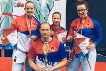 Medailově úspěšný byl českolipský kata tým ve složení Barbora Znamenáčková, Adéla Šinerová a hostující Nikola Jůzová. Na snímku s trenérem Pavlem Znamenáčkem.