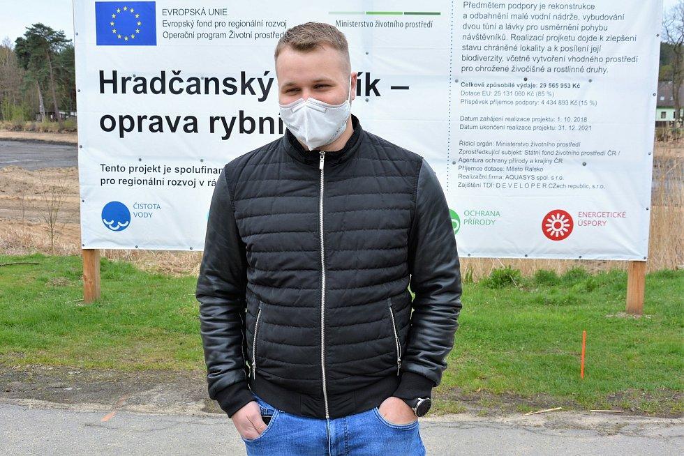 Letovisko Hradčany čeká ještě léto bez vody, oprava rybníka skončí později. Na snímku starosta Ralska Miloslav Tůma.