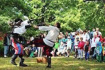 Skupiny historického šermu Garde Cvikov oslaví 10 let existence v rácmi sobotní soutěže šermířských skupin o nejlepší vystoupení.