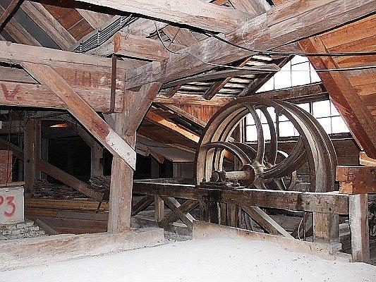 Historický výtah na zámku vZákupech.