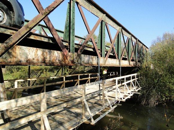 Opravy železného mostu na cyklostezce.