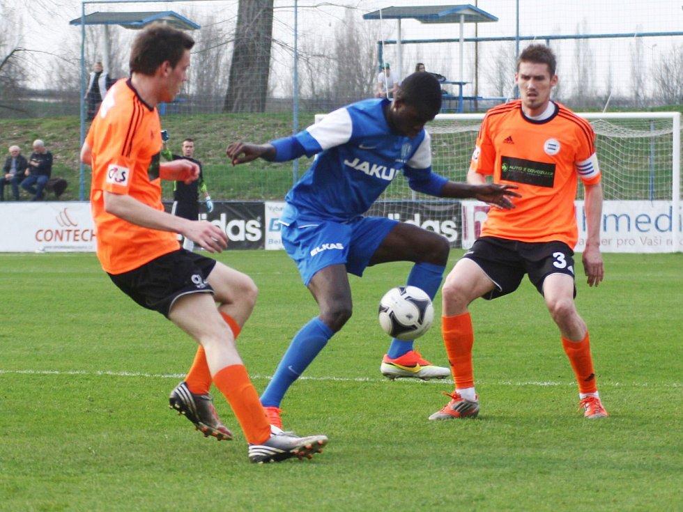 Ndiaye (Arsenal - v modrém) proniká mezi Macháčkem a Kratochvílem.