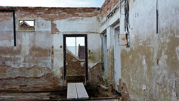 Památný Kounicův dům v České Lípě se dočkal nejnutnějšího zabezpečení a odklizení suti po požáru v květnu 2015. Aktuálně probíhají dozdívací práce, aby se na ruinu mohl postavit krov.