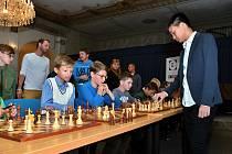 Simultánka novoborských mládežníků s juniorskou nadějí českého šachu Nguyenem Thai Dai Vanem byla jednoznačnou záležitostí.