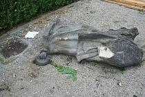 Vandalové zaútočili na torzo sochy i na zeleň v zahradě.