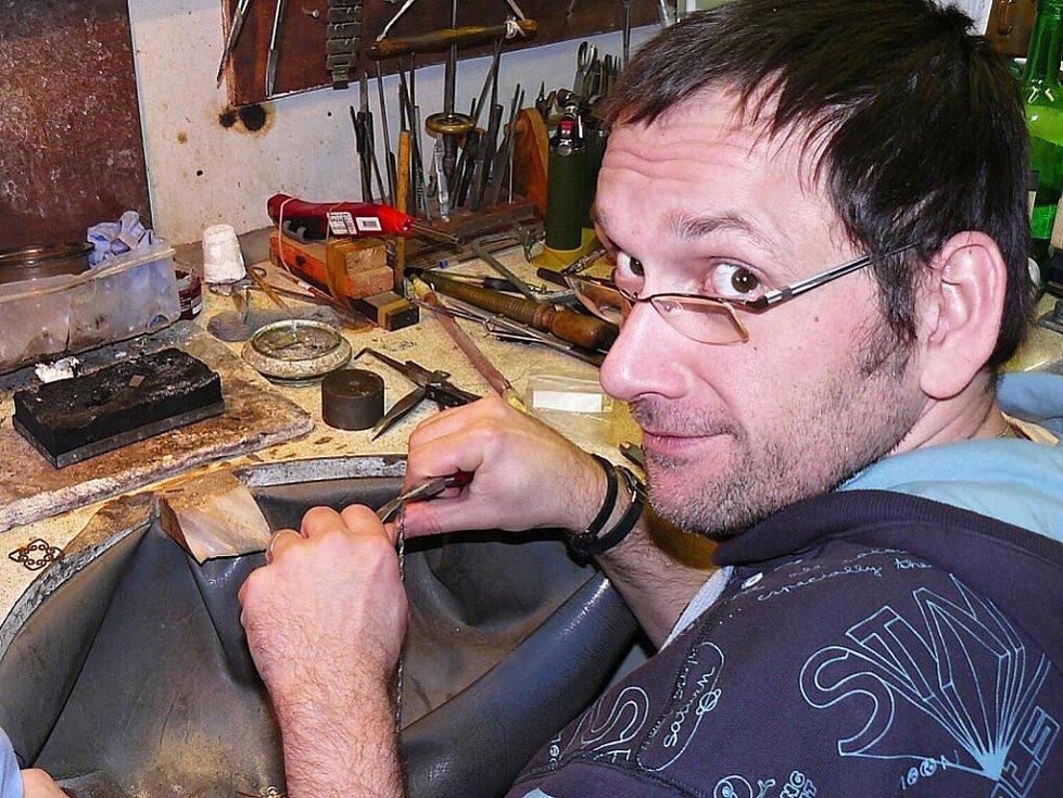 Výrobu stříbrného řetízku si na vlastní kůži vyzkoušel  redaktor Deníku Tomáš Mařas.