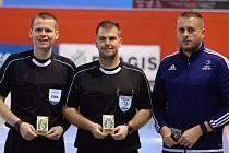 Michal Milner (uprostřed), fotbalový a futsalový rozhodčí, který pochází z České Lípy.