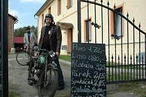 Majitel minimusea Radek Doleček ukazuje model, na kterém jeden místní dobrodruh kdysi vyrazil dokonce na cestu do Afriky.