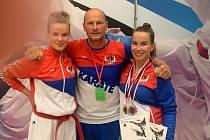 ZLEVA: Adéla Znamenáčková, trenér a otec Pavel, vpravo Barbora.
