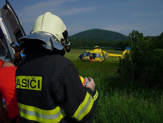 Zraněného motorkáře odvážel vrtulník. Při nehodě si poranil páteř