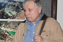 Promítání snímku Živý mrtvý osobně uvedl scénárista a pátrací novinář Stanislav Motl.