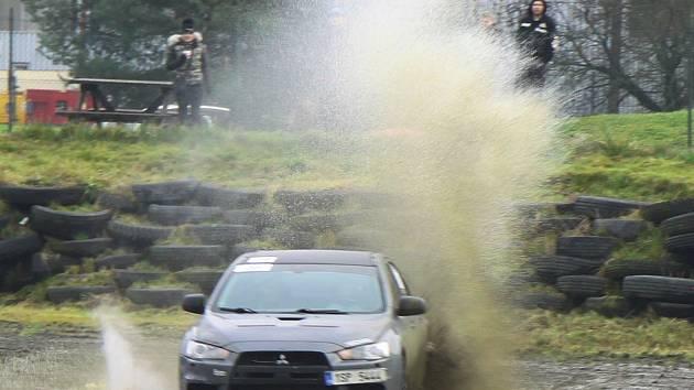 Závodníky tentokrát netrápil déšť, ale trať byla přesto po ranní mlze nesmírně kluzká a s každým dalším odjetým kolem více a více blátivá.