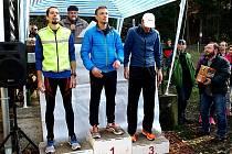 Vítězové závodu mužů na 10 km (zleva) 2. Dalibor Bartoš, 1. Josef Procházka a 3. Jaroslav Chramosta.