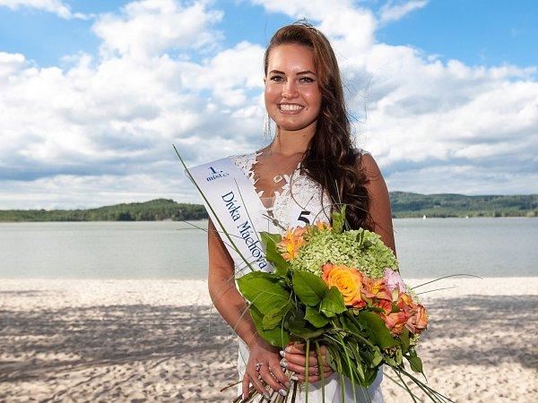 Vítězkou soutěže Dívka Máchova jezera se stala Gabriela Kozlová zRumburku, absolventka oboru mimoškolní a předškolní pedagogika vNovém Boru.