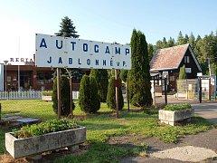 U koupaliště v Jablonném je i autokemp.
