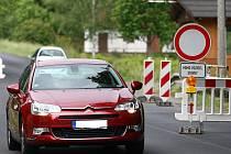 Zákaz vjezdu, který platí ve směru od České Lípy při vjezdu do Mimoně, ve čtvrtek řada řidičů nerespektovala.
