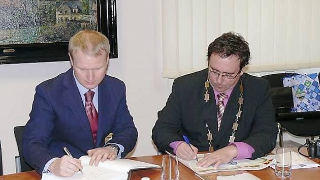 Dohodu o vzájemné spolupráci a přátelství mezi sklářskými městy Nový Bor a Nikolsk podepsali v pondělí 25. února jejich zástupci, starosta Nového Boru Jaromír Dvořák a za ruského partnera Michail Kuzněcov, vedoucí správního okresu Nikolsk.