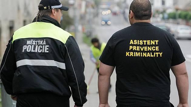 Romští asistenti prevence kriminality mají přispět ke zlepšení pořádku na veřejných prostranstvích nebo v jednotlivých bytových domech.