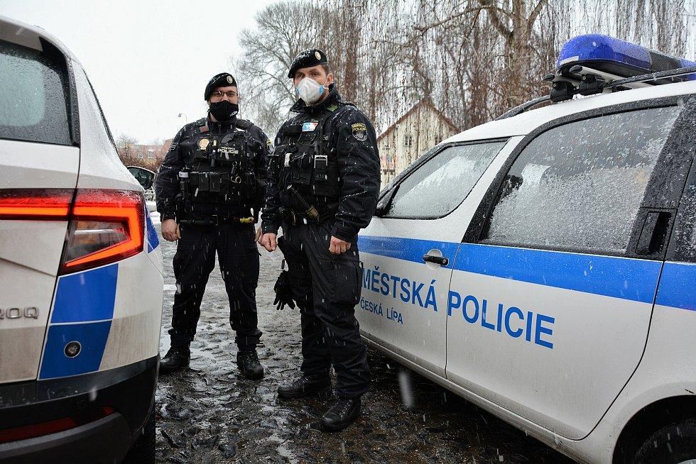 Strážníci Zdeněk Šafránek a Dalibor Pospíšil z Městské policie v České Lípě se do služby těší. Své povolání berou jako poslání, při kterém dbají na pořádek, ale mohou pomáhat svým spoluobčanům v řadě obtížných okamžiků.