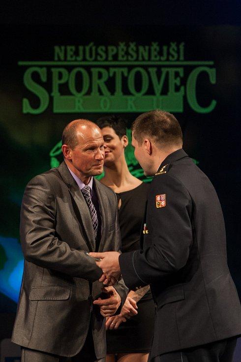 Za sedmého Ondřeje Samka (SPORT RELAX) převzal cenu trenér českolipských karatistů Pavel Znamenáček.